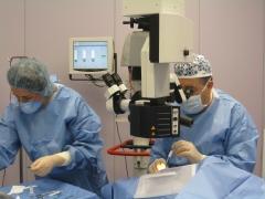 Doctor miguel march durante una operaci�n ocular.